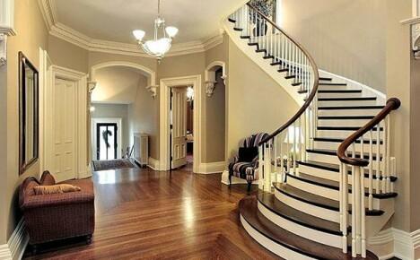 Незаменимый атрибут интерьера частного дома — лестница на второй этаж