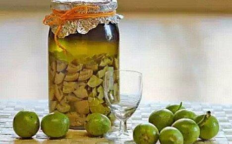 Применение настоек из грецкого ореха на водке, керосине, спирту в народной медицине