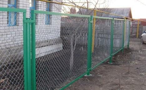 Как правильно смонтировать забор из сетки рабицы на дачном участке