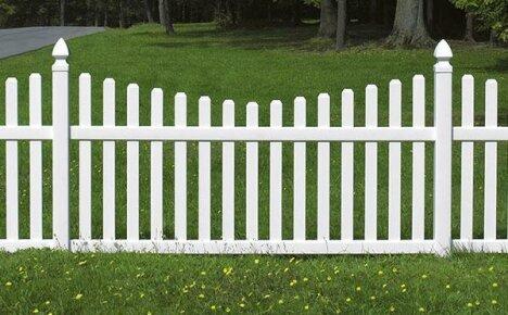 Как самостоятельно установить деревянный забор из штакетника
