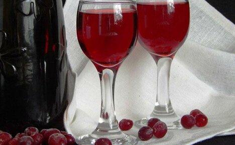Готовим удивительный напиток – настойку на клюкве в домашних условиях