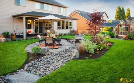 Красивое дополнение ландшафтного дизайна сада — сухой ручей