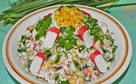Отменная закуска для встречи с друзьями – салат с крабовыми палочками и кукурузой