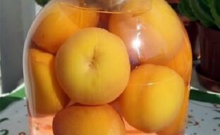 Ароматный компот из персиков с косточками на зиму