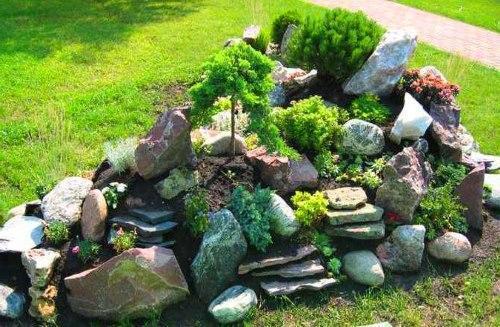 клумба из разных камней