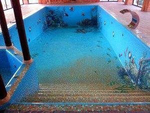 Крытый бетонный бассейн