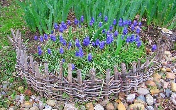плетеная цветочная клумба