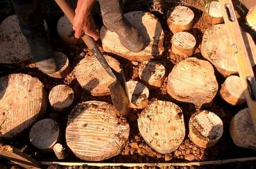 дорожка из деревянных спилов