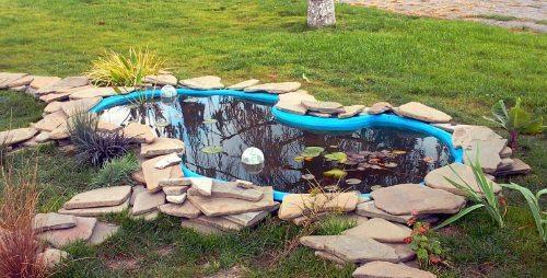 искусственный пруд из плоских камней