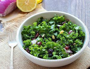 Салат со свежей кучерявой капустой Кале