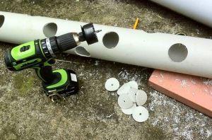 Трубка с просверленными отверстиями для полива огурцов в мешках - фото
