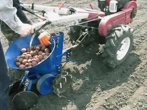 Работа с картофелесажалкой