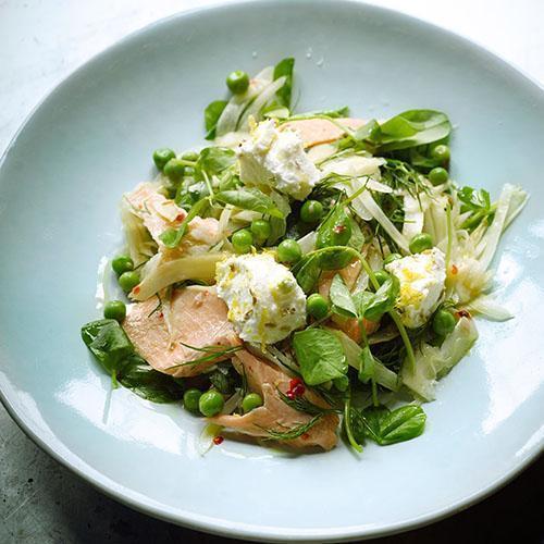 Плоды и листья гороха в салате