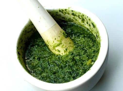 Зелень заливают оливковым маслом