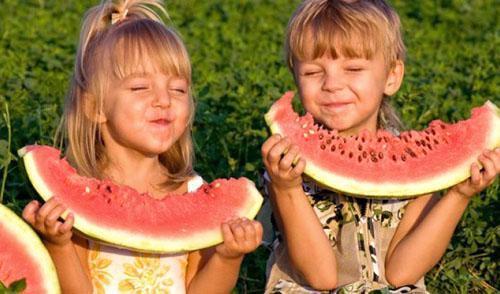 Дети просто обожают арбуз