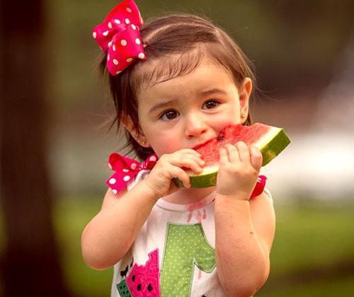 Детям следует давать только свежий арбуз в сезон его созревания