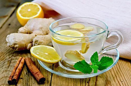Напиток из мяты, лимона, корня имбиря и корицы