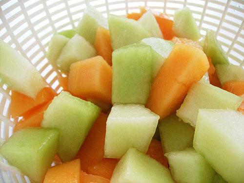 Замороженную дыню используют для приготовления мороженного и десертов