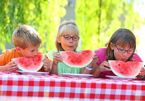 Аллергия на арбуз может проявиться и у взрослых, и у детей