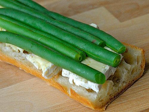 Бутерброд с брынзой и стручковой фасолью
