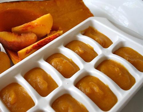 Перетертую запеченную мякоть тыквы раскладывают по порциям для замораживания