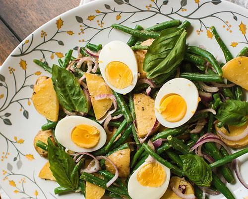 Сытный салат из стручковой фасоли, отварного картофеля и яйца