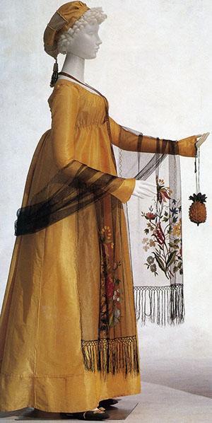 Дама с сумочкой в виде ананаса