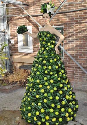 Платье из листьев аспидистры и яблок