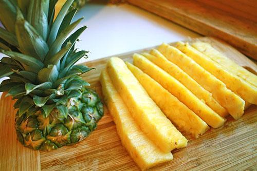 При длительном хранении листья ананаса не меняют цвет