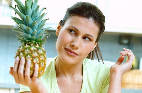 При пониженной кислотности желудка употребляйте ананас