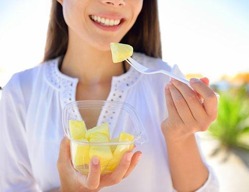 Употреблять консервированный ананас при грудном вскармливании нельзя