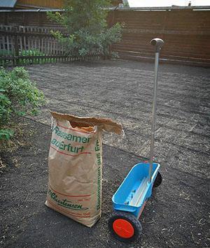 Использование ручной сеялки для внесения удобрения