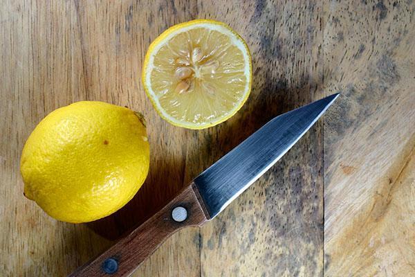 Из разрезанного лимона достать косточки