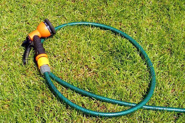 Ручной полив газона