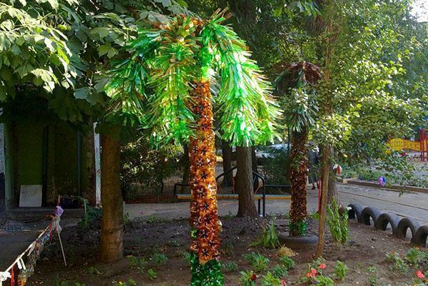 Оригинальное выполнение пальмы из пластиковых бутылок