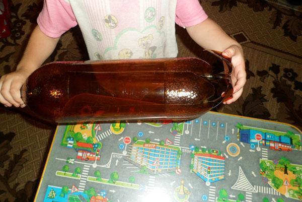 Подготовка бутылок для создания ствола пальмы