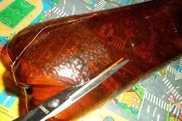 Разрезаем бутылку от дна практически до горлышка на одинаковые лепестки