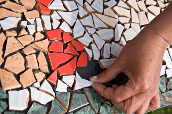 Как выкладывать кусочки плитки в мозаике