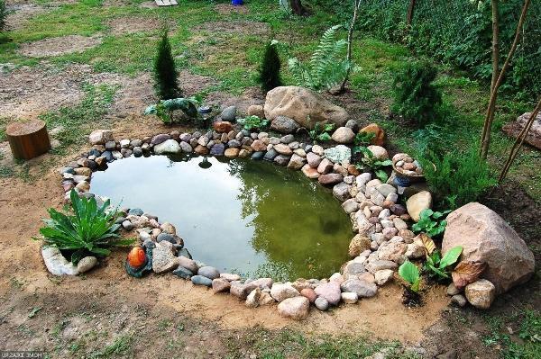 Вода отстаивается в пруду