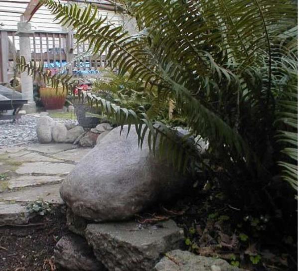 Бетонный камень у водоёма