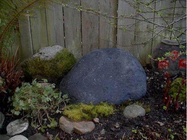 Камень из бетона у забора