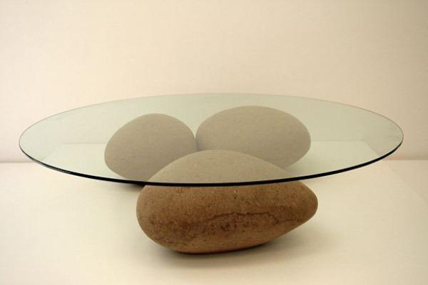 Стол с подставкой из камней