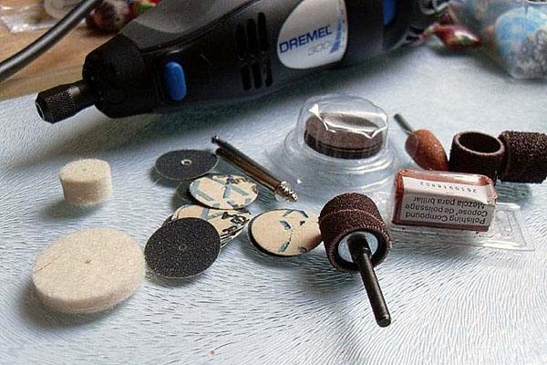 Использование различных насадок делает дрель универсальным инструментом