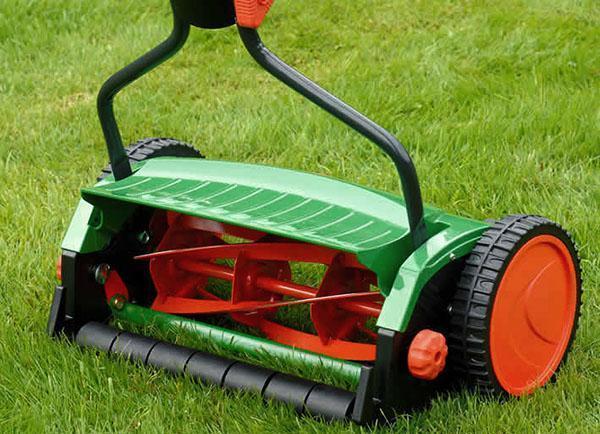 Механическая газонокосилка отличный помощник на небольших участках
