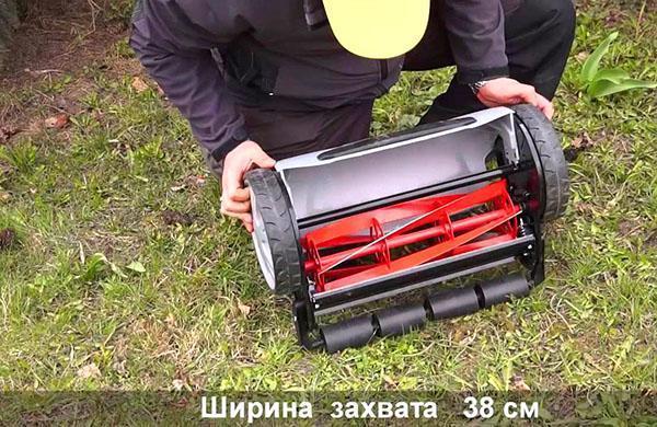 Механическая газонокосилка с шириной захвата 38 см