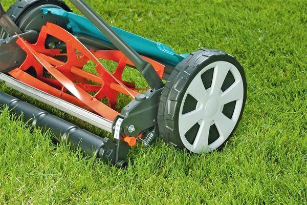 Механическая газонокосилка в работе