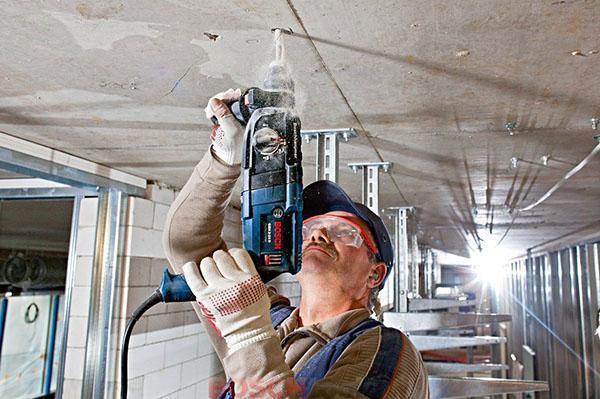 Перфоратор Bosch GBH 2 24 D в руках мастера