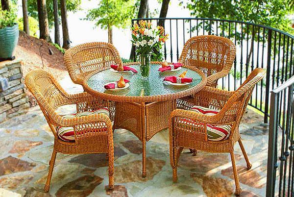 Плетеная мебель в беседке