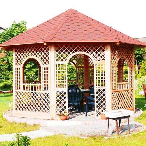 Уютная беседка в центре сада с забором