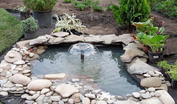 фонтан-аэратор в пруду